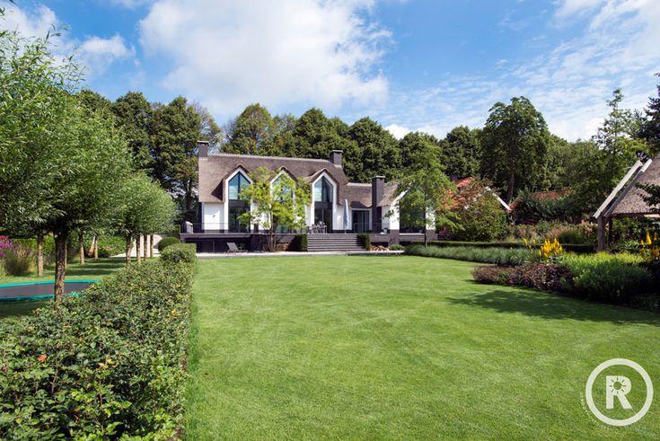 Tuininspiratie De Rooy Hoveniers villatuin klassieke tuin trampoline grasveld Waspik