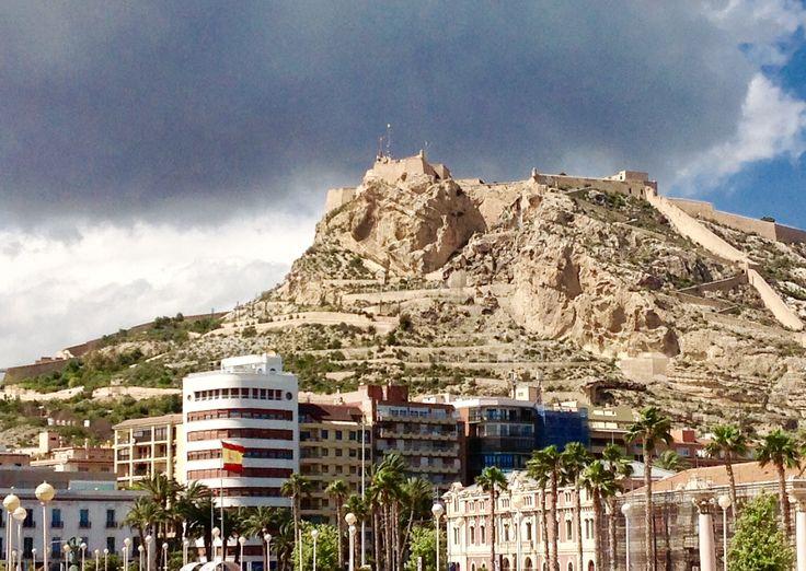 Feliz sábado Familia! Hoy, una fotito desde la zona de ocio del puerto de #Alicante. 📸😍 #Alifornia #CostaBlanca