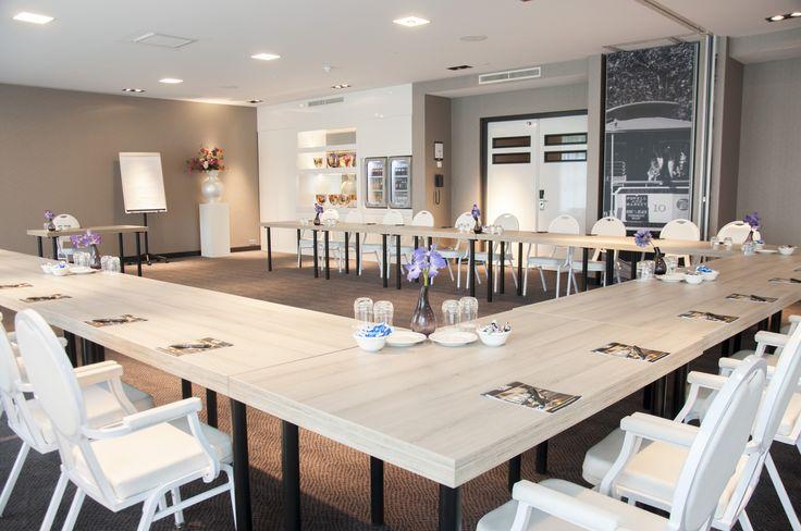 Tafels met houten blad, voorzien in de vergaderkamers van Hotel van der Valk Vianen.