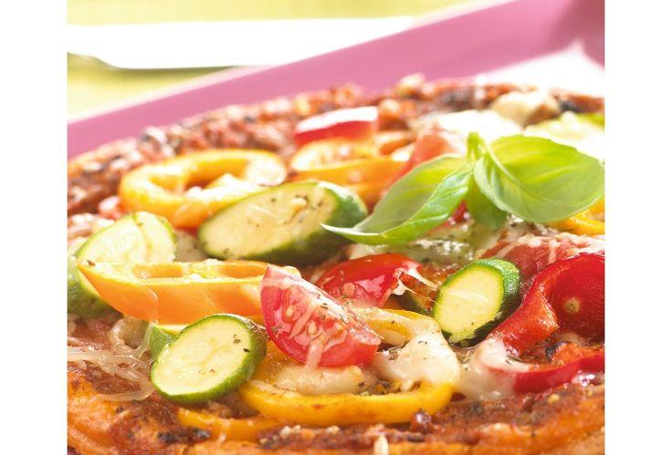 Pizza met tomaten, basilicum en paprika