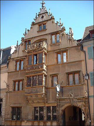 La maison des têtes de Colmar  Elle a été bâtie en 1609, pour un riche marchand, dans un style renaissance tardif très particulier. Plus de 106 masques grimaçants recouvrent ainsi la façade.