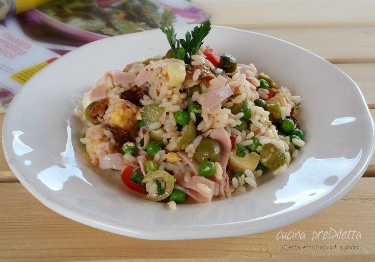 Insalata di riso con tonno e piselli, un altra pietanza fredda da servire come primo piatto, o come piatto unico, nel periodo estivo. Le insalate di riso...