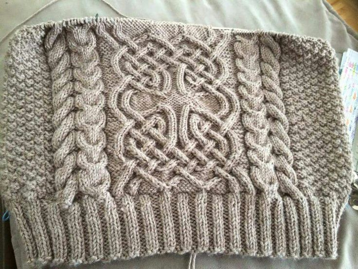 Love this Celtic knot pattern!  It's a free download on Ravelry.  Nennir by Lucy Hague.