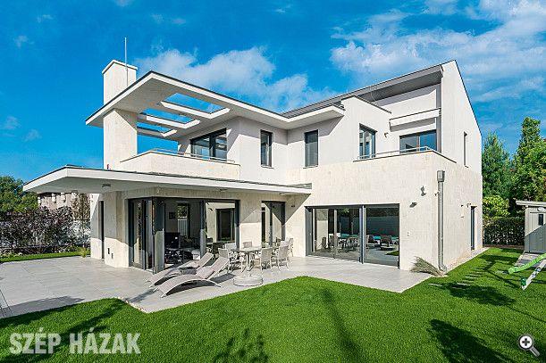 A család mozgalmas életének megfelelően a tervezői feladat úgy fogalmazódott meg, hogy a modern épület a lakóház- és a nyaraló funkcióinak is megfeleljen.