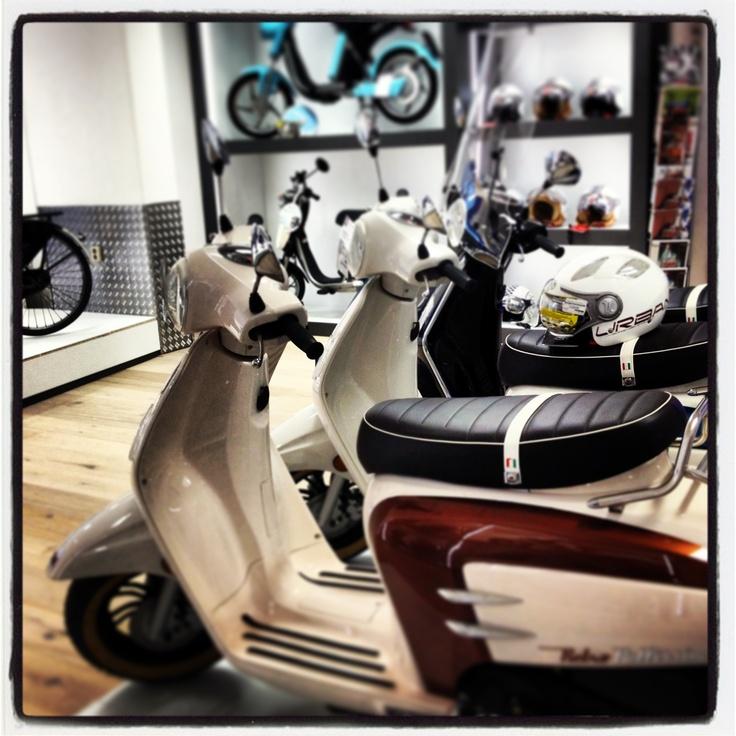 #Van Vliet Tweewielers #hoorn #scooter #wit #van vliet #bromfiets #vespa #piaggio