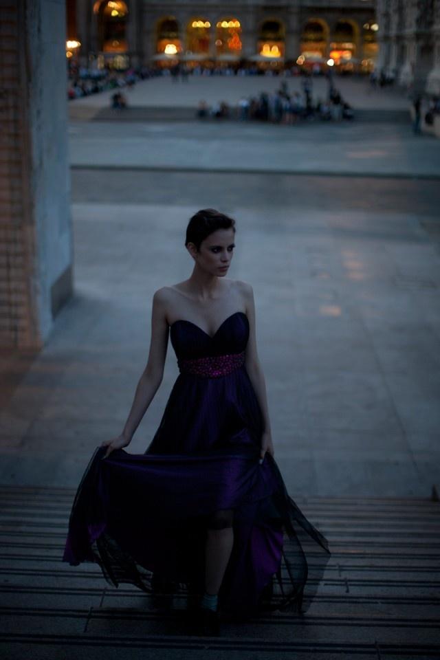 Dress da gran sera in seta viola con rete nera sopra, delle pietre cangianti arricchiscono il corpetto, COLLEZIONE AVARO FIGLIO.  Calzini argento, CALZEDONIA. Scarpe in vernice blu, FABI su SPARTOO.it.  http://www.sfilate.it/172112/la-moda-al-maschile-un-tributo-allo-stile-androgino