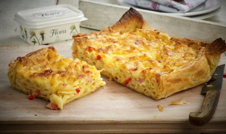 Συνταγή για απολαυστική Μακαρονόπιτα τυριών σε σφολιάτα με πέννες και καπνιστό μπέικον!