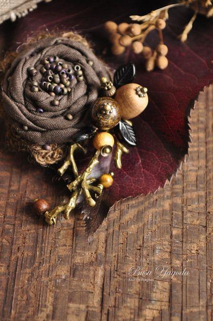 Купить или заказать Брошь 'Лесная осенняя' в интернет-магазине на Ярмарке Мастеров. Небольшая брошка, навеянная осенним настроением, лесом, природой.... Брошка выполнена в виде текстильного цветка, декорированного веточкой с ягодами и листочками. Деревянная бусина светлого цвета - слива. Виден рисунок дерева, бусина ручной работы. Тёмная коричневая-бронзит, маленькая деревянная-фруктовое дерево, горчичного оттенка. Ягодки дополнены черными листиками из стекла.