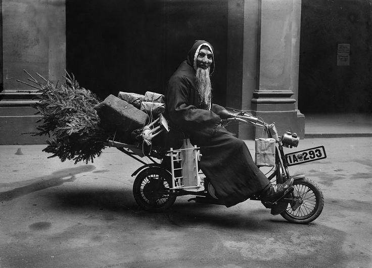 """""""Weihnachtsmann auf dem Motorrad"""", 1920er Jahre. (c) bpk / Kunstbibliothek, SMB, Photothek Willy Römer / Willy Römer"""