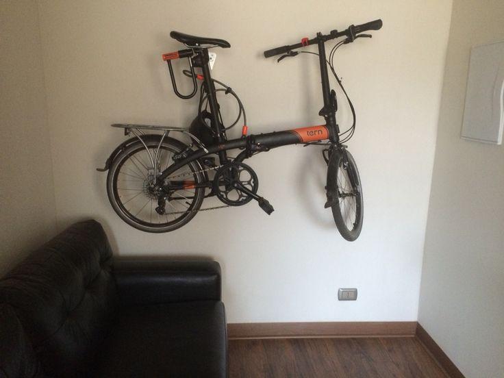 Tern Perch. Mi bici colgada en la sala de estar.