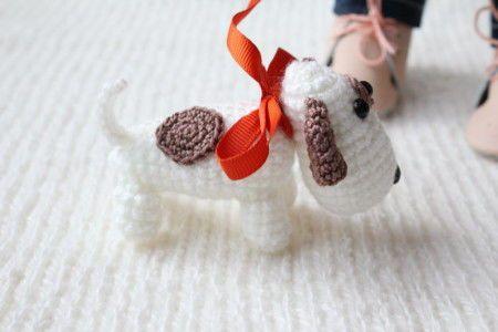 Я продолжаю обеспечивать свои текстильные игрушки оригинальными аксессуарами, и для разнообразия решила сделать вязаную игрушку-аксессуар — собаку :) По внешнему виду она получилась немного похожей на джек-рассел терьера. И размер в самый раз для того, чтобы сопровождать мыша ростом 24 см :) Для вязания мне понадобилось: 1. Пряжа белая Пехорка «Детская новинка». 2.