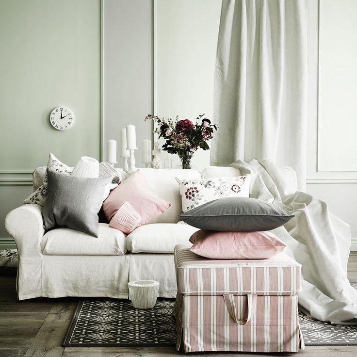 Fiori, candele e un divano accogliente, tutto l'occorrente per un'atmosfera #romantica. #gustatilavita #homedecor #homesweethome #livingroom #EKTORP #HEDBLOMSTER