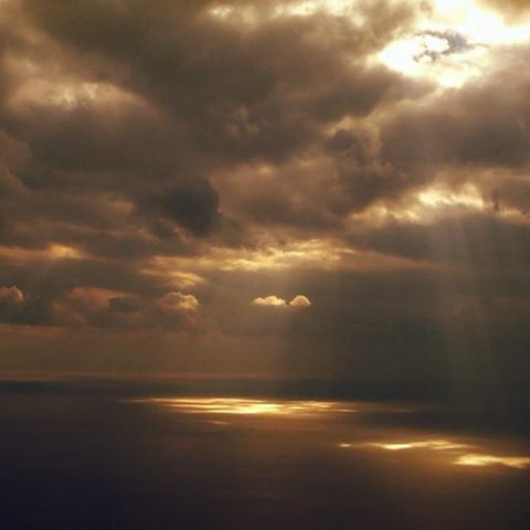 【ner0】さんのInstagramをピンしています。 《窓の外に流れる景色は心を落ち着かせるなあ✈️ ・ ・ #夕日 #夕陽 #夕方 #夕焼け #空 #ソラ #そら #雲 #海 #飛行機 #光 #天使の梯子 #天使の階段 #薄明光線 #光芒 #sky #skylovers #skypic #sunset #sunsetlovers #sunlight #clouds #blue #cielo #solponiente #sea #crepuscularrays #angelsladder #angelsstairs #angelsstairways》