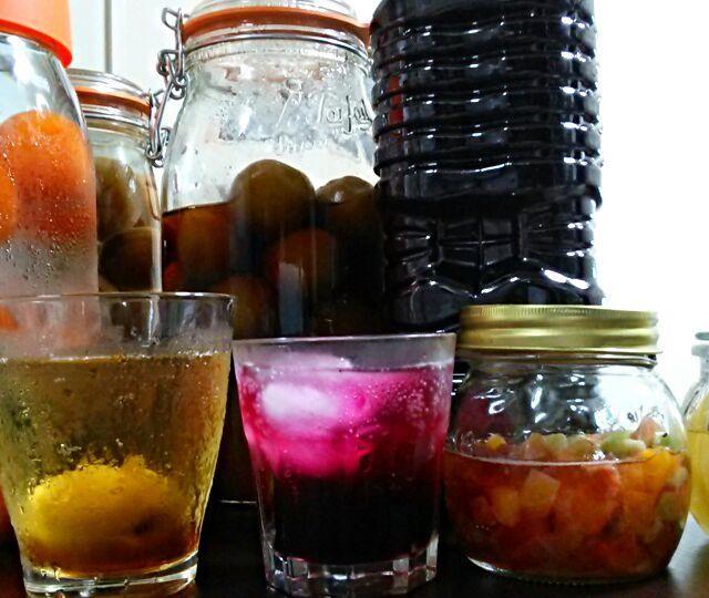 梅コーナーも撤収されていて、昨日はスーパーはしごしました。( ノД`)…  梅ジュース1回目は、氷砂糖がお品切でザラメで作り、これはこれで琥珀色に仕上がりました。  仕込んでる間に、他のスーパーで氷砂糖と容器もゲット。  杏酒は、杏を一晩冷凍して、氷砂糖+ホワイトリカーでキレイな色からスタート♪  梅ジュースは、くららちゃんレシピに忠実に、梅酒はやはり冷凍して氷砂糖とホワイトリカーで出来上がり♪  ドライフルーツをラム酒2種類に、浸けてみました。 - 91件のもぐもぐ - 仕込み完了♪梅酒、梅ジュース、赤ジソジュース、ドライフルーツラム酒漬け☆ by yukikimu0721