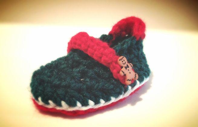 Christmas crochet baby shoes.   www.didihandmade.com