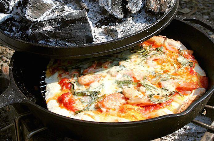 キャンプで作るピザは、みんなでできる代表的なキャンプ料理のひとつ。今回は、生地の作り方からさまざまな道具を使っての焼き方レパートリー、レシピまで幅広く紹介しちゃします!材料費も安く、コスパの高いキャンプでのピザ作り、おすすめです!