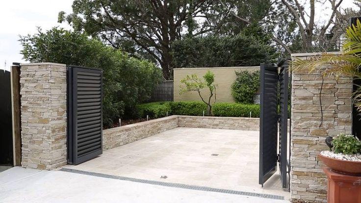Gartentor mit elektrischem Antrieb schwarz