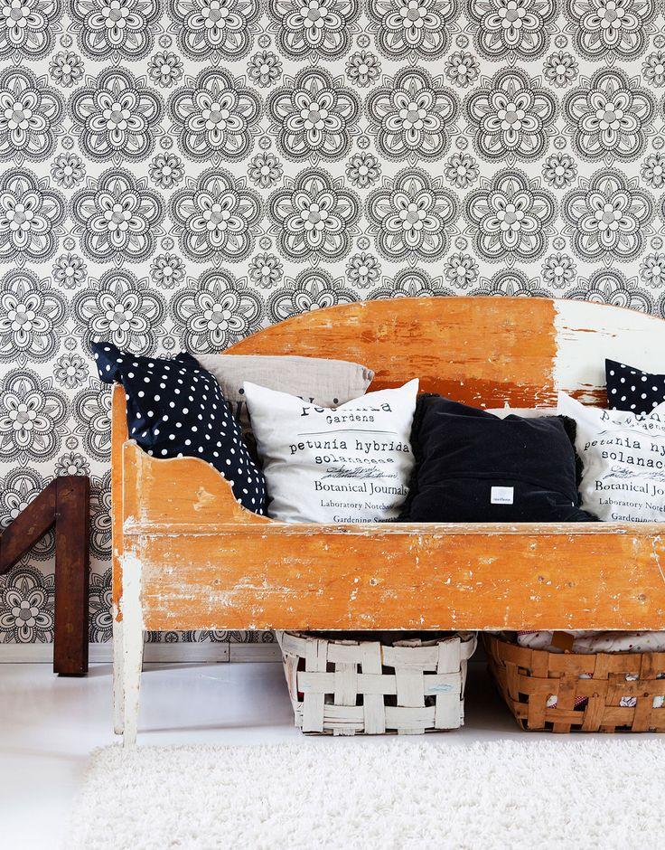 Eijan paapa on tehnyt vieras- ja työhuonetilan sohvan. Seinällä on Ritva Kronkvistin Lumikide-tapetti. Tyynyt Tine K sekä H&M Home.