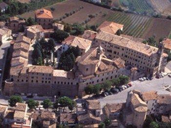 """Morro d'Alba e la Lacrima  Morro d'Alba famosa per il suo vino la """"Lacrima di Morro d'Alba"""" Morro d'Alba, comune della provincia di Ancona, rimasto pressoché anonimo fino all'anno 1000 ma già abitato da epoca romana. A cavallo tra Jesi e Senigallia, è l'unico borgo italiano…"""