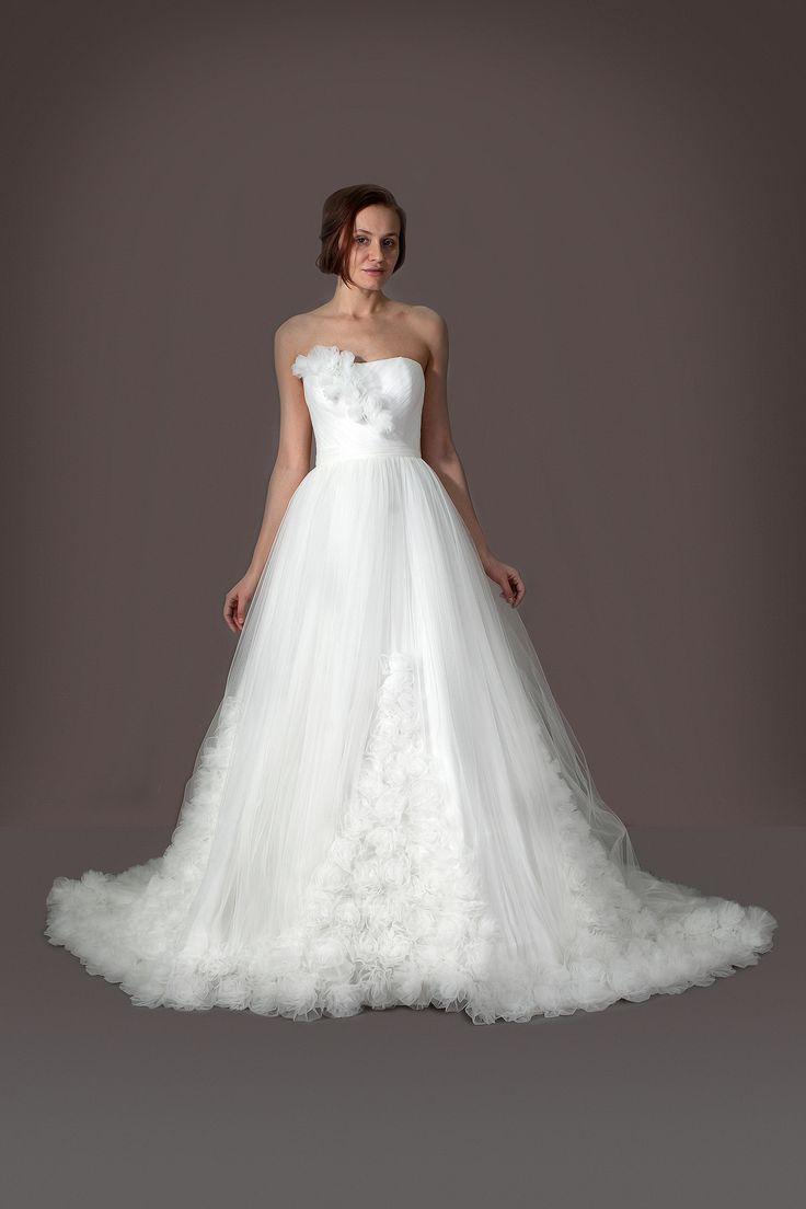 Шлейф свадебного платья, украшенный розами. Ткань - еврофатин. Пышная юбка, цвет айвори