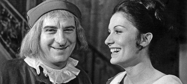 Michel Aumont (Harpagon) et Ludmilla Mikael (Elise) dans la piece de theatre…