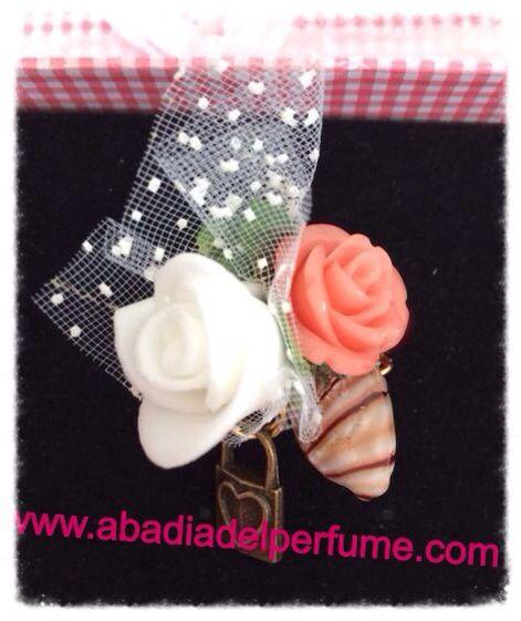 Flores para este bonito anillo que hemos diseñado para una amiga y clienta. Ella le añadirá el perfume que le hemos diseñado y tu? #diseno #instagood #glamour #shopping #anillo #joyaperfumada