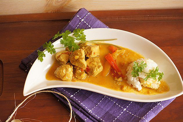 Kurczak curry : Składniki: 200 g piersi z kurczaka 100 g czerwonej soczewicy papryka czerwona i żółta 1 cebula 100 g mleka kokosowego 200 ml bulionu warzywnego 1 ząbek czo. Przepis na Kurczak curry