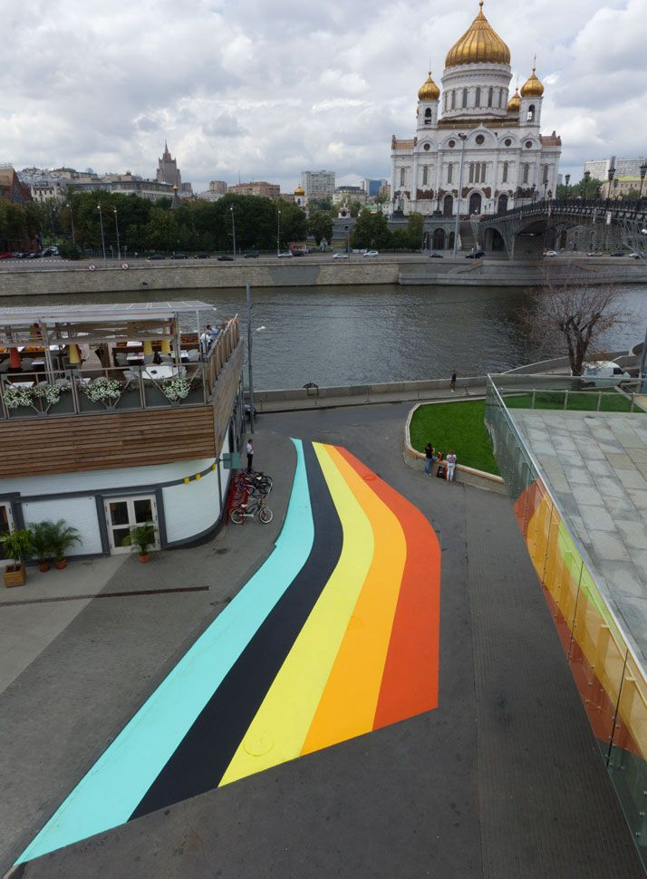 Lang-Baumann, Street Painting #6, 2011, 28 x 8 m, road marking paint. Moscow. Courtesy Loevenbruck gallery and Urs Meile gallery. Photo : Lang-Baumann.