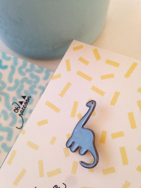 Pins dinosaure super méchant bleu ciel. À afficher comme un trophée de chasse.  Livré dans un joli petit emballage pour offrir. Taille/ 1x 2 cm de haut (cest un bébé dinosaure!)    Pins dinosaur blue and super bad. To hang like a hunt trophy.  Delivered in a little pretty package for a gift. Size/ 1 x 2 cm high (its a baby dinosaur!)