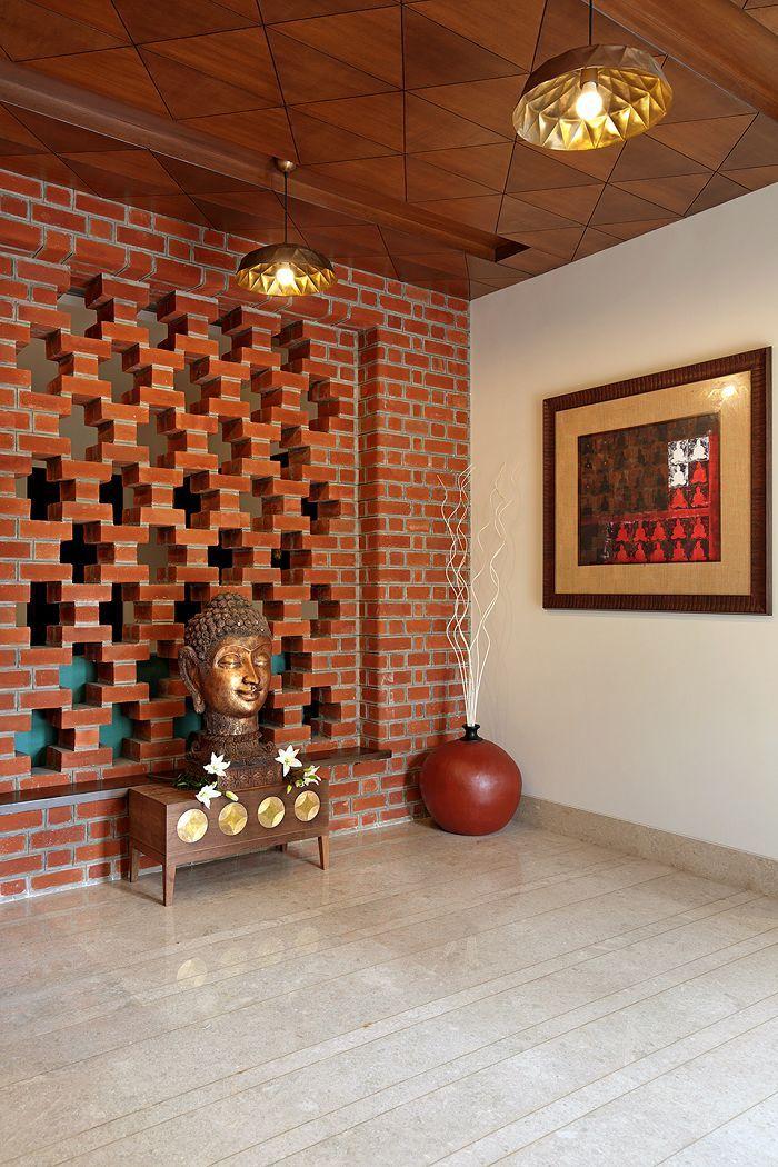 Der Himmel Ist Die Grenze Fur Diesen Bungalow Aus Ziegelstein Und Beton Indian Home Design Brick Design Indian Home Decor