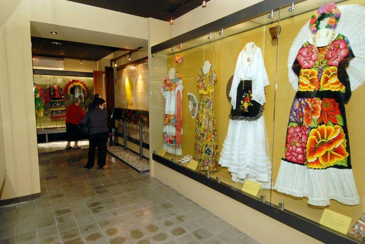 MUSEO DEL SARAPE Y TRAJES MEXICANOS  Una exhibición exquisita del sarape de Saltillo y su historia, así como de 100 distintos trajes típicos mexicanos.  Dirección:    Allende Sur # 160, Centro Histórico, Saltillo, Coah. Teléfono:     (844) 4 81 69 00 Correo:         museodelsarapesaltillo@hotmail.com Horario:        mar - dom 10:00 am - 6:00 pm