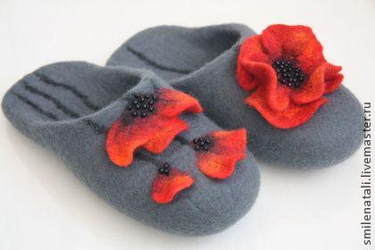 Тапочки-шлепки `Маки 22`. Теплые, уютные, домашние валяные тапочки-шлепки с цельно валяными цветами. Подшиты натуральной кожей, не скользят.   На заказ могут быть выполнены в Вашем любимом цвете и размере.  Послужат прекрасным подарком!