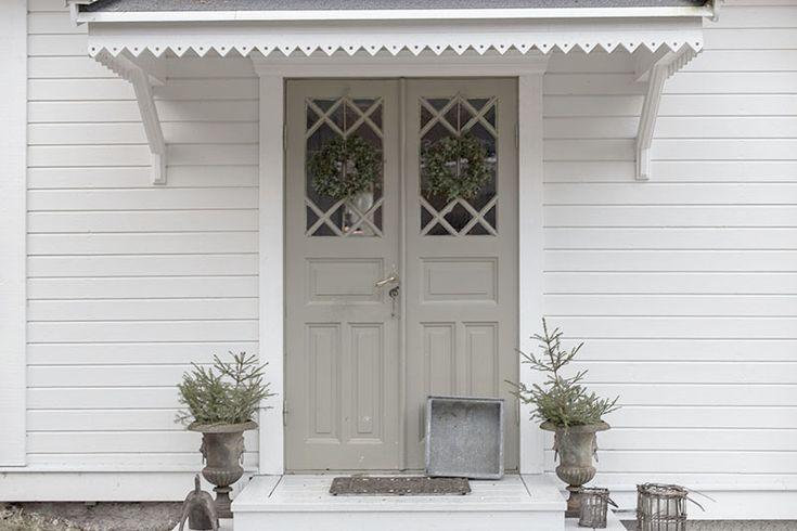 Fin ytterdörr. Liggande vit panel.