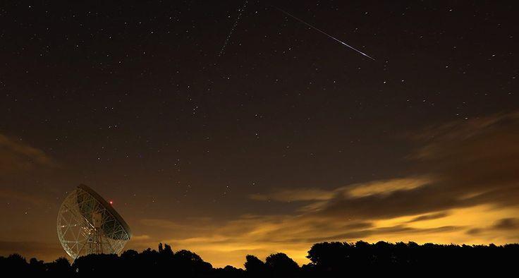 NO DUERMAN HOY NO SE PIERDAN ESTE ESPECTÁCULO Se llama perseidas a los meteoros que caerán esta noche, porque se considera que provienen de la constelación de Perseo. En esta imagen, se aprecia la caída de estrellas en el 2013 por encima del Observatorio Jodrell Bank de la Universidad de Manchester.