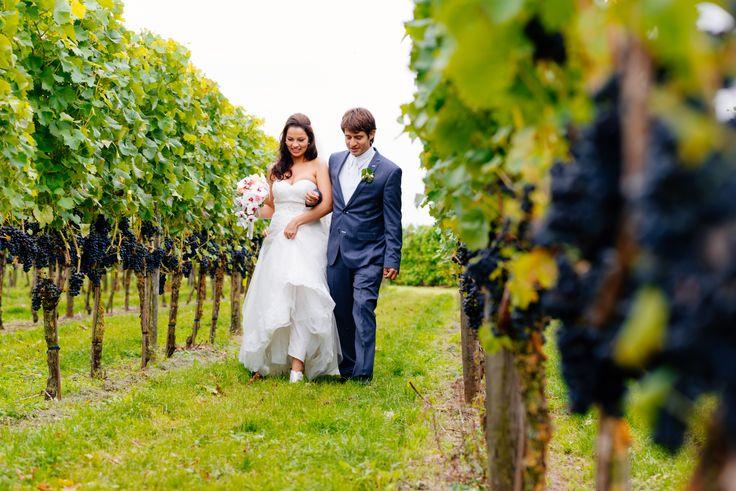 Wandel samen met je aanstaande tussen de druivenranken naar het altaar.