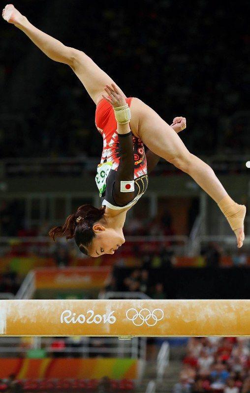 体操女子個人総合決勝での寺本明日香の平均台の演技=リオデジャネイロのリオ五輪アリーナで2016年8月11日、小川昌宏撮影