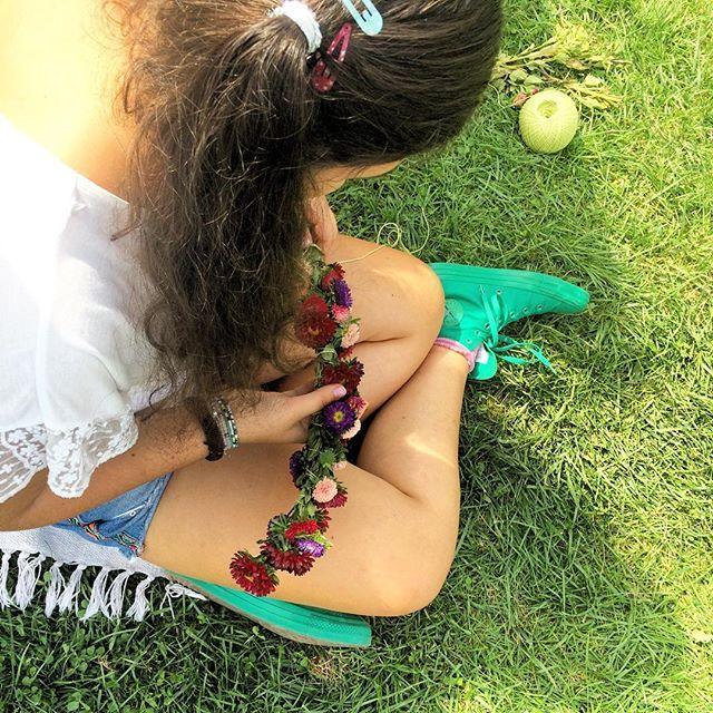 Împletim coronițe ca-n povești pentru zâne urbane  #sezatoareaurbana • • #flowers #summer #love #photooftheday