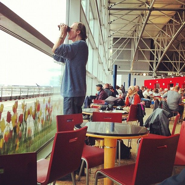 airplane watchers - Frankfurt Flughafen - photo by cesarovna | Flickr - Photo Sharing!