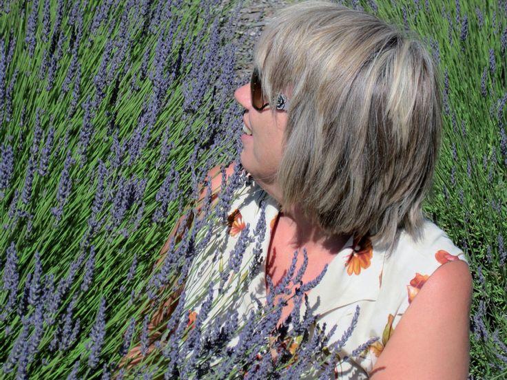 Plant lavendel rundt uteplassen i hagen og du holder insekter og mygg unna. Lavendelen har vært brukt i århundreder av romere, grekere og persere. Lavendel lukter meget godt, smaker godt og egner seg også som en prydplante. Lavendel er i det hele tatt beroligende for sjel og sinn.