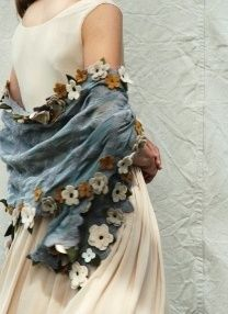 Achados........dali e daqui, beautiful with crocheted flowers, white, blue grey and brown