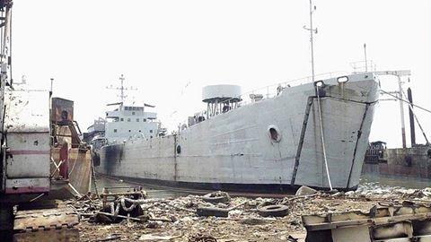 Akhir Pengabdian Kapal Angkut Tank Era Perang Dunia 2 Milik TNI AL | http://www.hobbymiliter.com/4311/akhir-pengabdian-kapal-angkut-tank-era-perang-dunia-2-milik-tni-al/