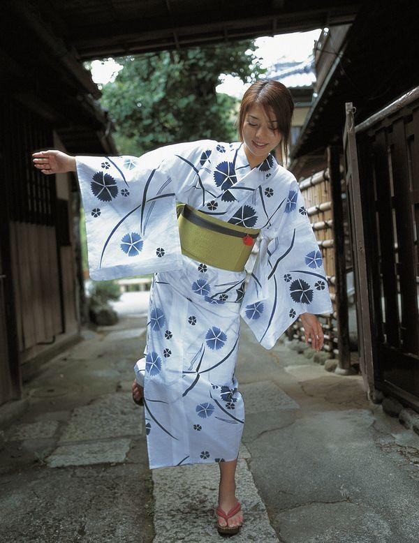 Miho Yoshioka in cotton yukata