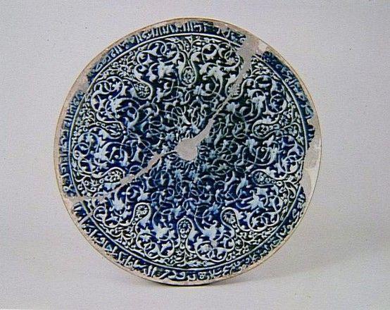 Disque à décor épigraphique « Profite de la vie pour faire de bonnes actions, car tu vas vite disparaître et fais vite car la mort est rapide… », terre siliceuse à décor peint, Syrie, Damas, époque mamelouke, vers 1425-1430.