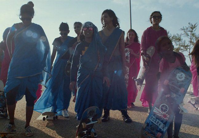 """Na Índia, um dos países com maior desigualdade de gênero do mundo, um grupo de meninas skatistas vem quebrando todos os tabus. É o """"Girl Skate Índia"""", fundado por Atita Verghese, a primeira skatista profissional indiana. A organização é a maior - e a primeira - plataforma do país para apresentar, conectar e aumentar o número de skatistas mulheres na Índia. Em 2016, como parte do projeto, um grupo de doze skatistas de nove países diferentes foram até lá para ensinar, capacitar e incentivar…"""