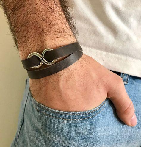 Pulsera - hombres Infinity pulsera - de cuero pulsera - joyas para hombres - hombres regalo - esposo regalo - regalo novio hombres - hombre ENVÍO A LOS ESTADOS UNIDOS DENTRO DE 5 DÍAS HÁBILES, EXPRESS ACTUALIZACIONES DISPONIBLES TAMBIÉN *** ¿Buscando un regalo para tu hombre? Has encontrado el artículo ideal para esto! La pulsera de urdimbre simple y bella combina textura de piel gris que envuelven 2 veces por lado y un colgante de plata infinito plateado. ¡gran importancia! El infinito p...