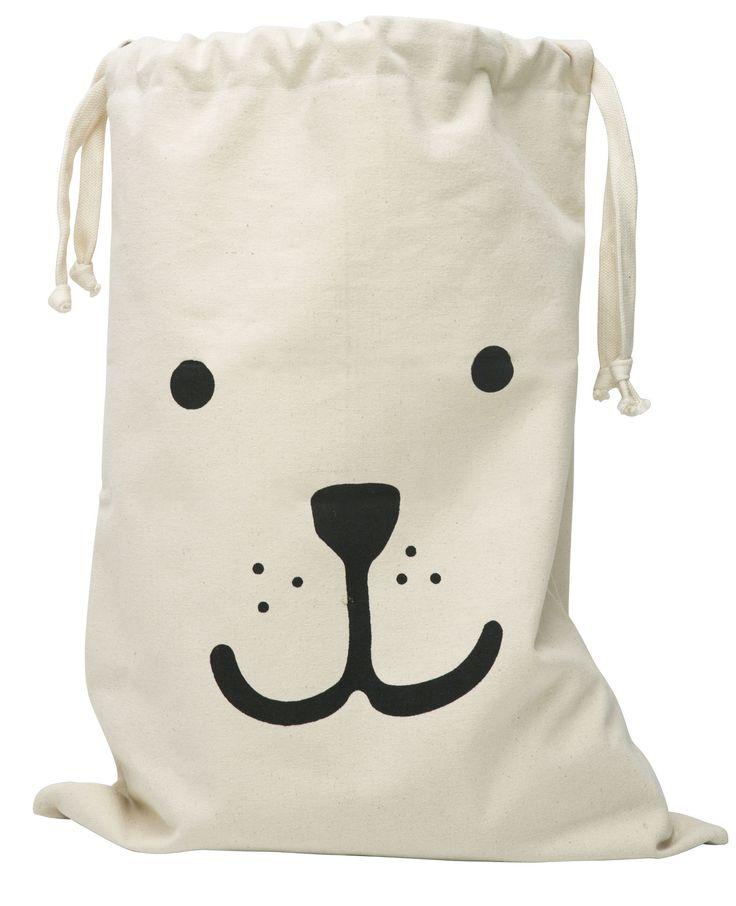Tellkiddo Förvaringspåse Tyg Björn är en fin förvaringspåse i tyg med motiv av en björn på framsidan. Påsen är en rolig och annorlunda förvaringsmöjlighet till leksaker, presentpapper, kuddar, överkast eller som tvättsäck. Plocka undan och hålla ordning blir roligare med en fin förvaringspåse. Denna påse blir en fin inredningsdetalj i barnrummet, arbetsrummet eller tvättstugan.  <br><br>Material: Canvas.<br><br>Mått: 48 x 68 cm.<br>