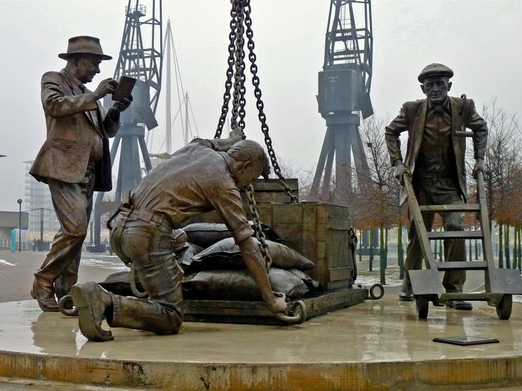 Dockers sculpture. - The lifesize sculpture of London dockworkers was sculpted by Les Johnson (London)