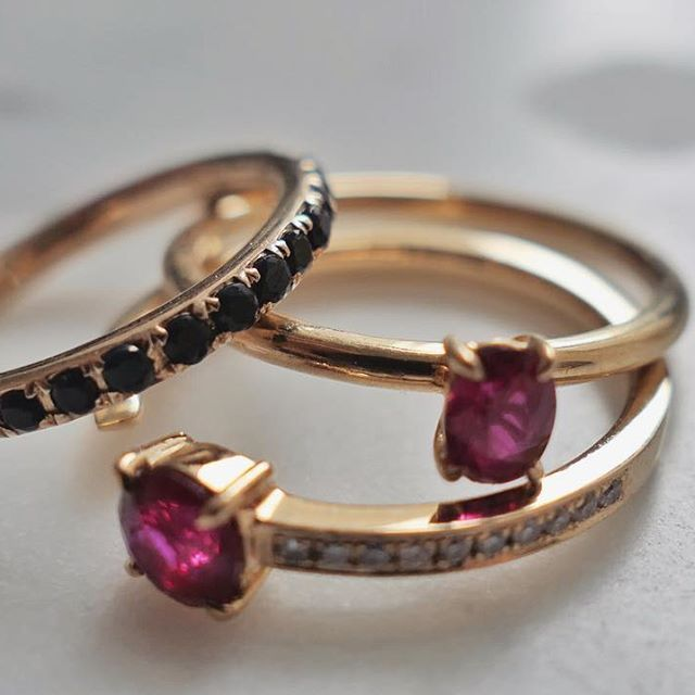 Sapphires, rubies and diamonds 💃  #NANGI #beNANGI #finejewelry #jewelry #sapphire #ruby #gold #ring #diamond