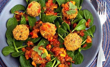 Quinoa-Bällchen mit Mango-Chilichutney. Erfrischend, mit Pep und mega lecker.
