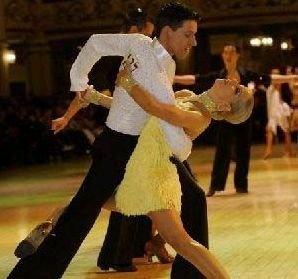 룸바는 16세기경 아프리카에서 노예로 끌려와 서인도 제도에 정착한 흑인들의 리듬으로 만들어낸 춤이다.   19세기 초 쿠바의 아프리카 계통 흑인들 사이에서 발달하여 미국을 거쳐 유럽으로 보급되었으며, 영국에서 1930년경 현재와 같은 춤의 형태로 정리되었다. 기본적으로 룸바는 라틴 아메리카 음악과 댄스의 기본이며 정수라고 표현할 수 있다.   영국식 룸바는 이제 국제화 되어 라틴댄스 중에서 가장 인기있는 종목의 하나로 인정받고 있다.   룸바는 4/4박자이며, 느린 템포(1분간, 27~29소절)의 이 춤은 육감적이며 매우 로멘틱한 특징을 가지고 있다. 룸바는 매우 환상적인 리듬과 동작을 가졌고, 여성이 여성다운 아름다움과 춤사위를 자연스럽게 표현할 수 있게 하는 춤이다.